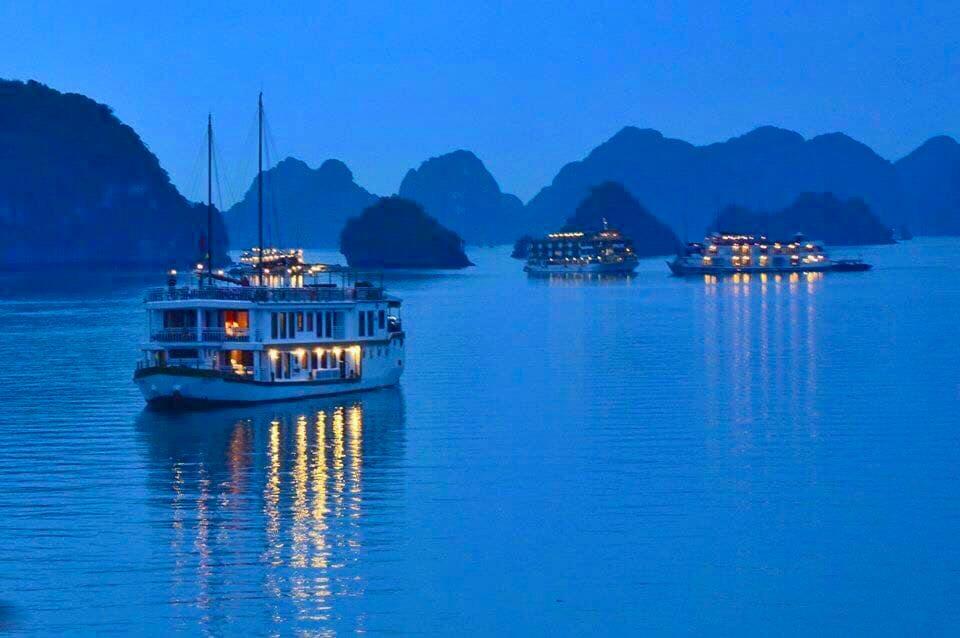 Stay overnight on cruise in Lan Ha Bay